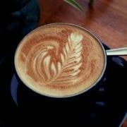 Latte Art auf veganem Cappuccino