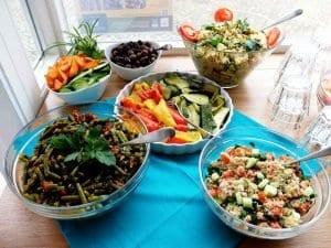vegane Salate und Ofengemüse