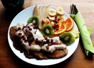 Frühstück - Buchweizen Pancakes mit hausgemachtem Dattelkaramell und Obst